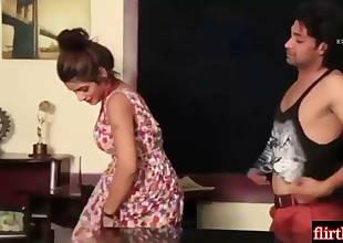 Interview dene Aayi warm girl ko boss ne pura choom liya